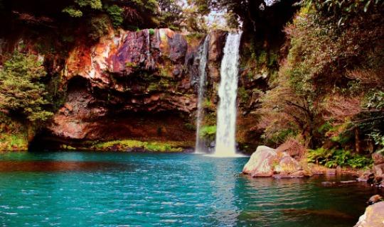 Wunderschöner Wasserfall auf Jeju Island