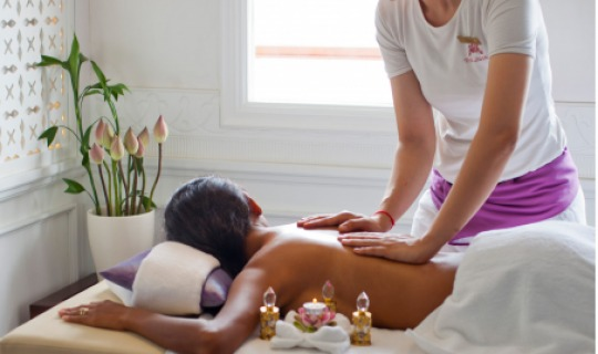 Entspannen Sie bei einer wohltuenden Massage im Spa