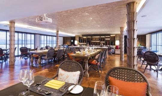 Restaurant mit großen Tischen für ein gemeinsames Dinner.