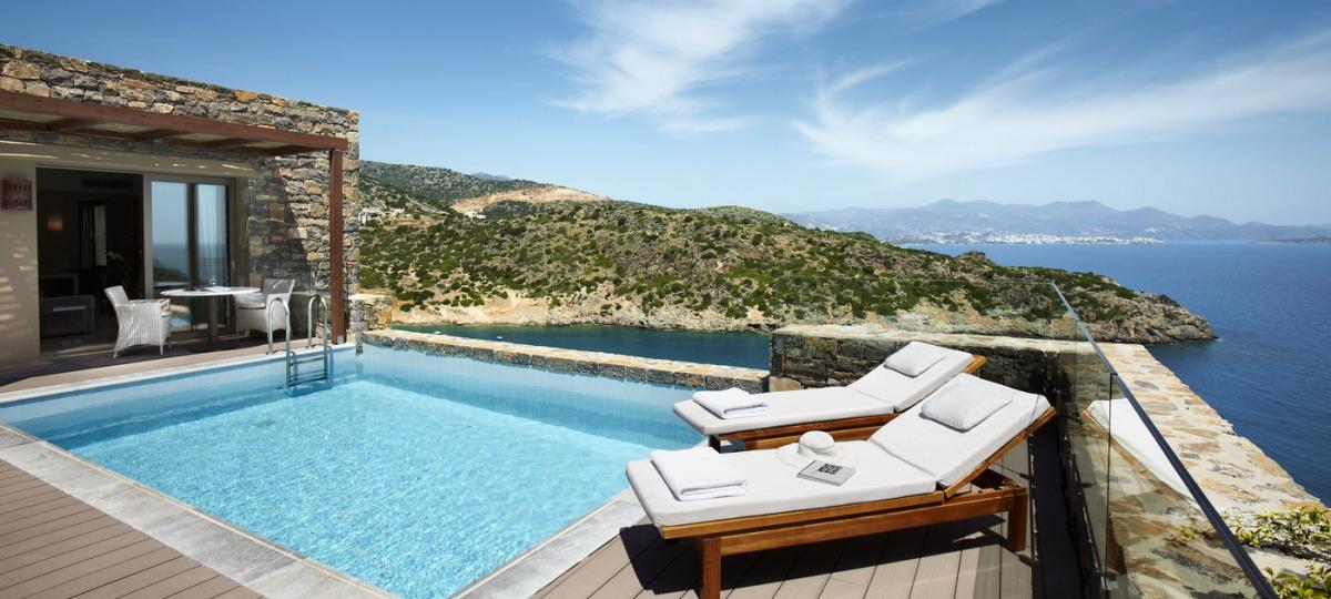 Privater Pool mit Panoramablick über das Meer.