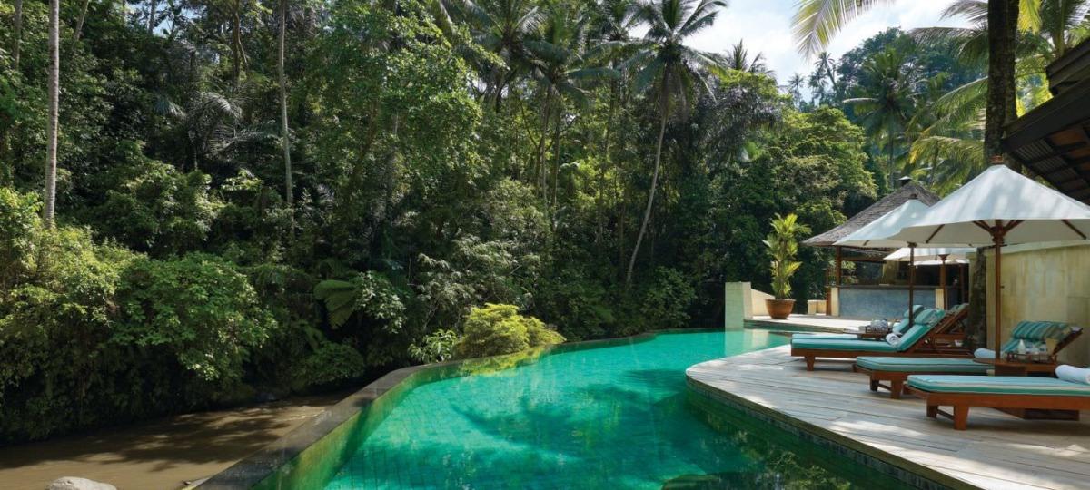 Im traumhaften Infinity Pool genießen Sie die Aussicht auf den vorbeirauschenden Ayung River