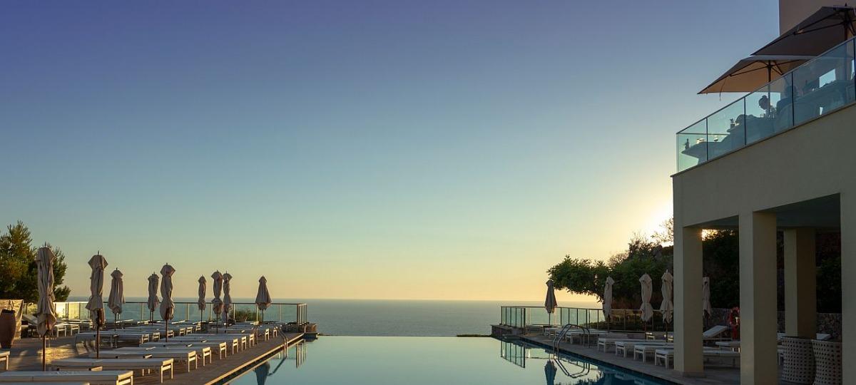 Herrlicher Infinity Pool bei Sonnenuntergang