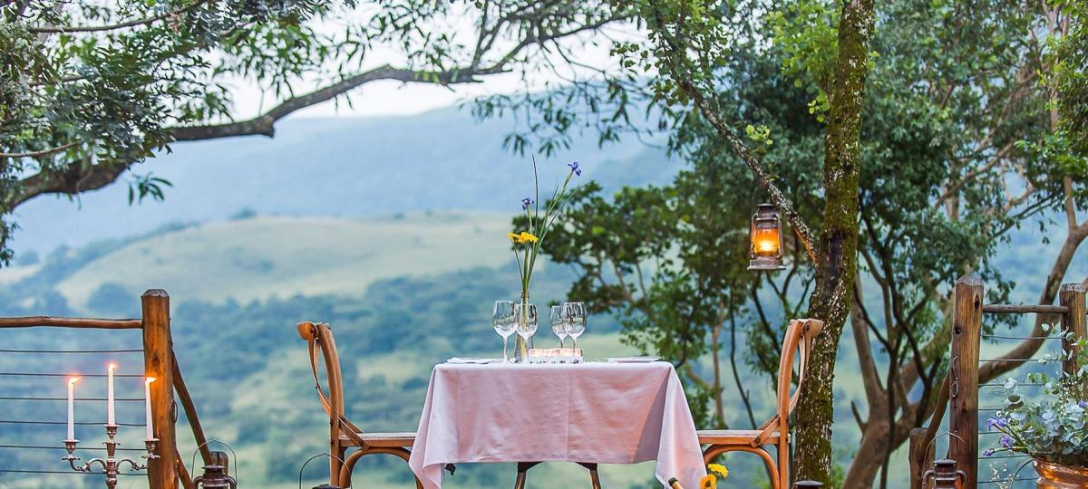 Dinner mit Blick auf die afrikanische Savanne