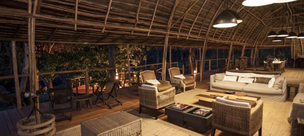 Die gemütliche Lounge der Ngaga Lodge
