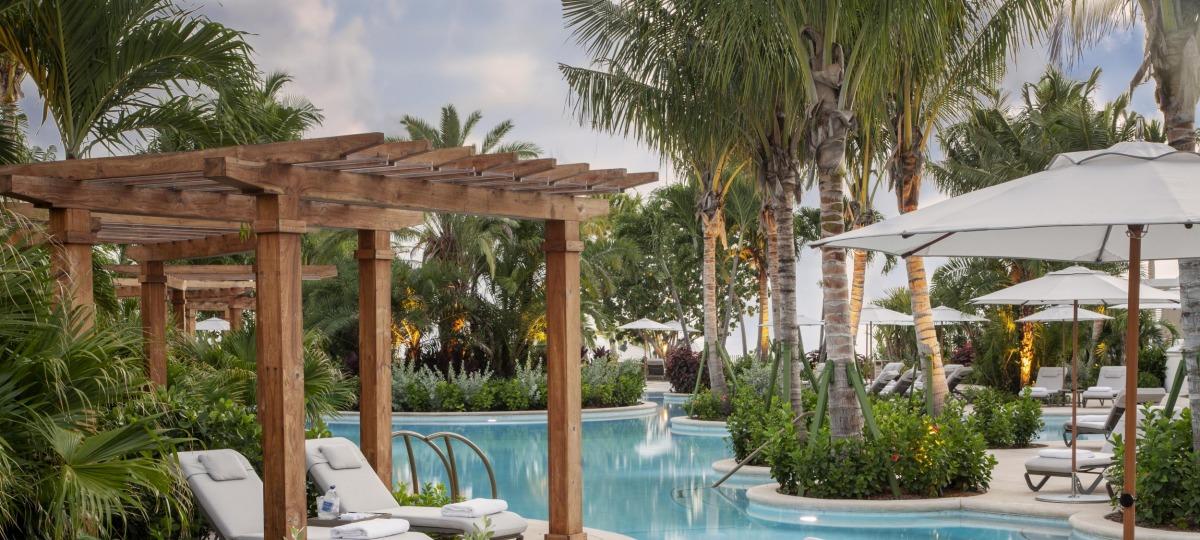 Entspannen Sie am Lagunen Pool des Luxus-Resorts
