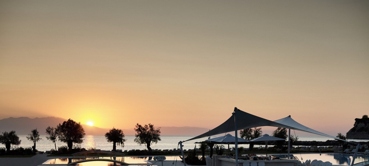 Bei einem Getränk an der Pool Bar den traumhaften Sonnenuntergang genießen