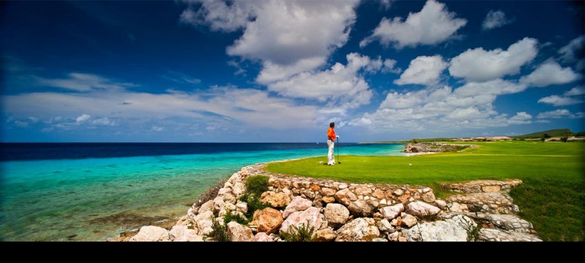 Der Golfplatz bietet einen traumhaften Ausblick auf das Meer.