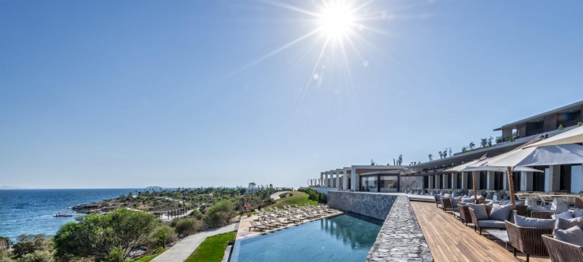 Die Outdoor Lounge mit Blick zum Pool