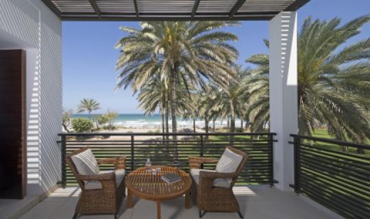 Die Chedi Club Suiten beeindrucken mit einem Panoramablick auf den Golf von Oman und das Hajar-Gebirge.