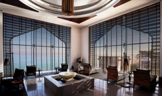 Eines der größten Spas des Omans mit einer Mischung aus omanischer Architektur und beruhigend wirkender asiatischer Inneneinrichtung