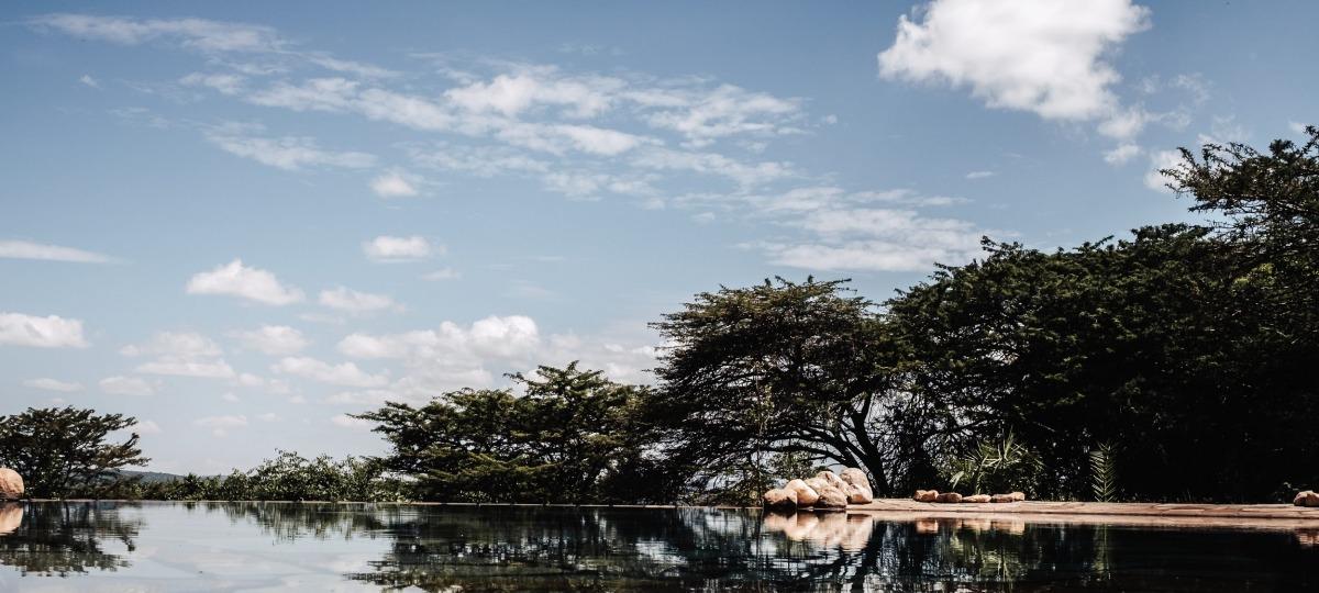 Der wunderschön angelegte Pool lädt zum Erfrischen ein