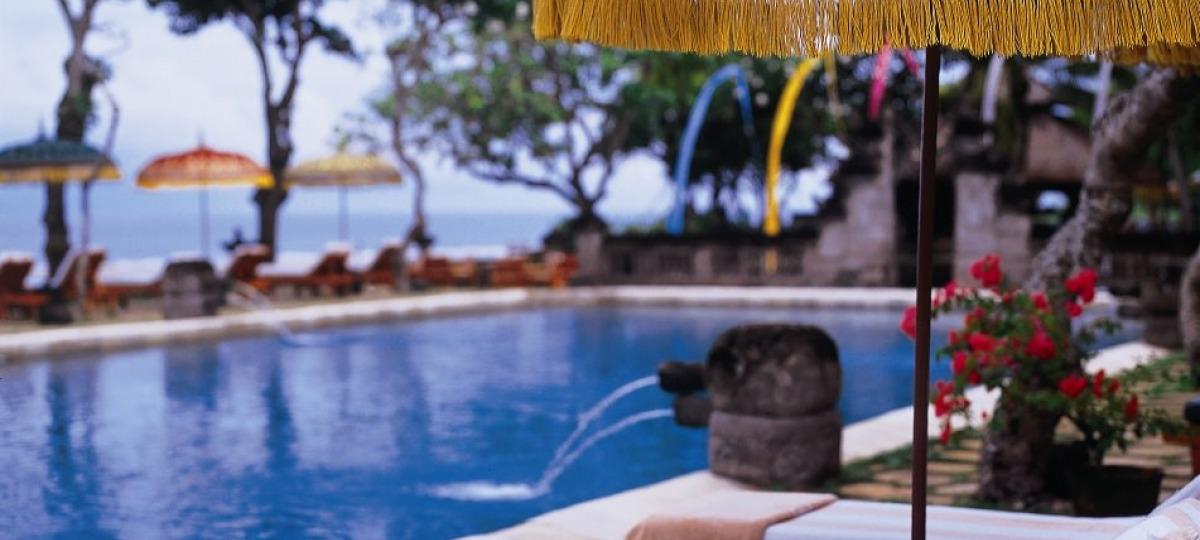Relaxen am Sonnendeck des großen Pools