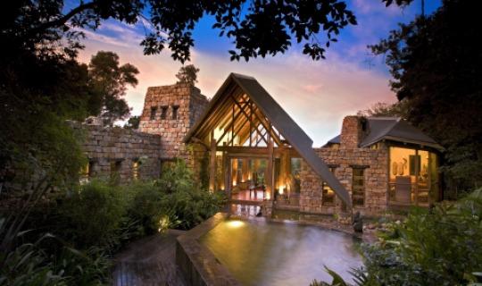 Der imposante Eingang zur Lodge