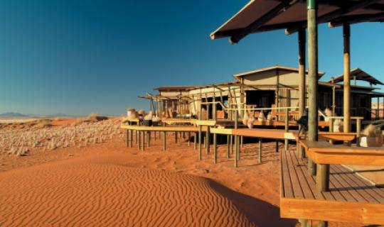 Genießen Sien den wunderschönen Ausblick auf rote Dünen