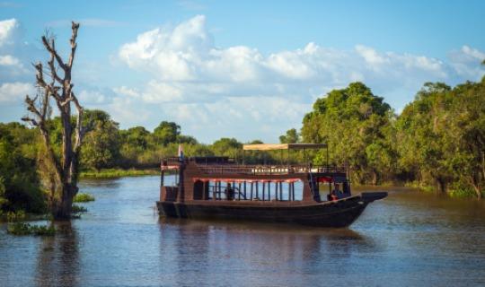 Fahrt mit einem restaurierten traditionellen Motorboot über den Tonle Sap-See