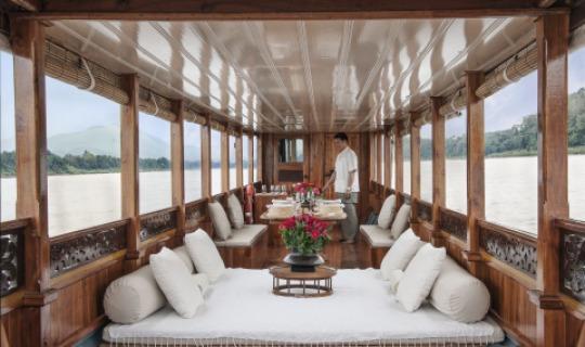 Das Amantaka Longboat bringt Sie zu den Kalksteinhöhlen von Pak Ouk