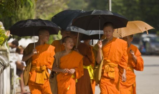Die Mönche bei ihrem täglichen traditionellen Gang um Almosen