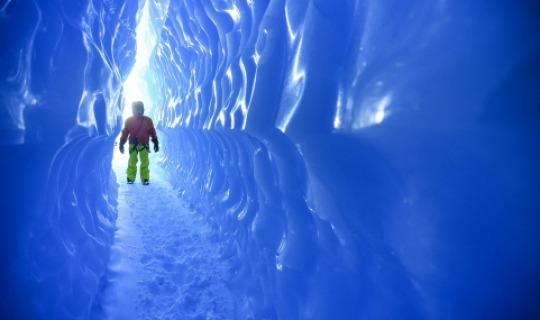 Wandern Sie durch die 200m langen Ice Caves