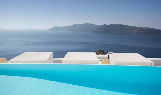 Vom Pool aus geniessen Sie den fantastischen Blick