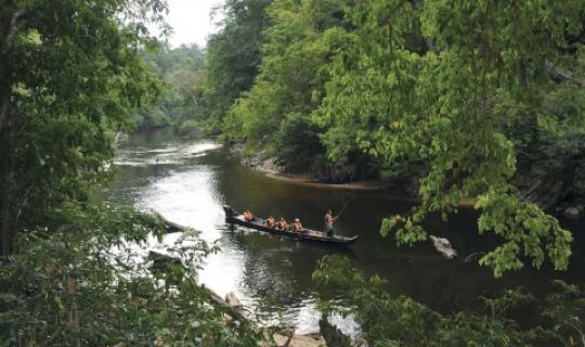 Eine Bootsfahrt durch den fassettenreichen Fluss