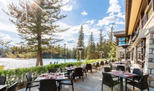 Die traumhafte Terrasse der Jasper Park Lodge