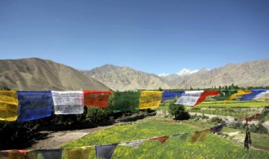 Bunte Gebetsfahnen zieren die Landschaft